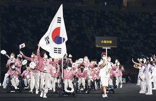24일 오후 일본 도쿄 신주쿠의 국립경기장(올림픽 스타디움)에서 열린 2020 도쿄 패럴림픽 개회식에서 대한민국 선수단이 입장하고 있다. 기수는 최예진(보치아)과 그의 경기 파트너인 어머니 문우영씨가 맡고 있다.[로이터]