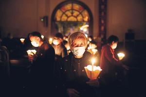 중국 천주교 신자들이 마스크를 착용하고 미사를 드리는 모습. [로이터]