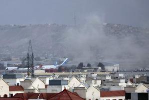 테러 공격 발생한 공항 인근에 피어오르는 연기[AP=연합뉴스]