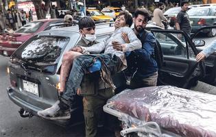 카불공항 근처에서 발생한 연쇄테러로 부상한 아프간 피란민[AFP=연합뉴스]