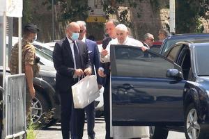 프란치스코 교황이 지난 7월 14일 퇴원 뒤 바티칸에 도착하는 모습. [로이터]