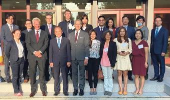 한미 넥스트젠 학자 프로그램 참가자들이 지난 1일 LA 총영사 관저에서 열린 환영 만찬에 참가해 한 자리에 모였다. [LA총영사관 제공]