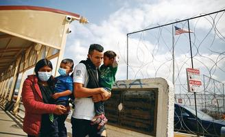 중미 출신 이민자 가족이 텍사스주 국경에서 추방되고 있다.