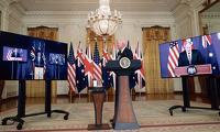 조 바이든 대통령이 15일 백악관에서 화상으로 함께 한 스콧 모리슨 호주 총리(왼쪽), 보리스 존슨 영국 총리(오른쪽)와 함께 첨단 군사기술을 공유하는 3개국 간 안보 파트너십'오커스' 출범을 발표하고 있다.