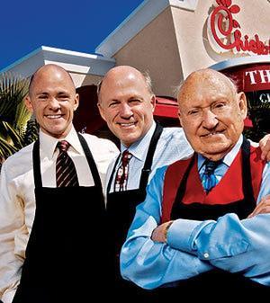 칙필에이 CEO에 창업주 손자 앤드류 캐시(맨 왼쪽)가 지명됐다. 가운데는 댄 캐시, 오른쪽은 창업자 트루엣 케시.