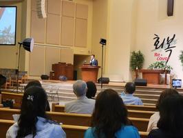연회로부터 무혐의 결정을 받았으나 다른 교회로 전보조치된 김세환 목사가 19일 오후 7개월만에 교회에 와 자신의 혐의에 대해 해명하고 연회의 조치에 불복할 것을 선언하고 있다.
