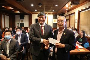한인사회가 17일 존 박 브룩헤이븐 시의원에 선거자금 4만5천달러를 후원했다. 존박 시의원(왼쪽)이 김백규 평화의 소녀상 건립위원장으로부터 후원금을 전달받고 있다.
