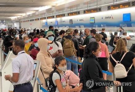 지난달 마이애미 국제공항의 승객 모습[AFP=연합뉴스]