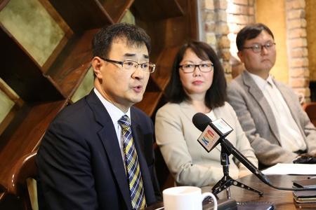 김세환 목사와 교인들...