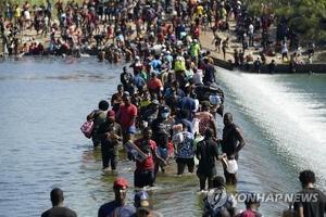 텍사스주 델리오에서 17일 이민자들이 멕시코와 국경을 이루는 리오그란데강을 건너 미국으로 들어오고 있다. 미국 언론은 이곳 국경지대에서는 아이티 등 중남미 출신 이민자 수천 명이 미국행을 꿈꾸며 노숙하고 있다고 전했다.
