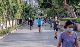 장수하려면 하루 최소 7,000보를 걷거나 운동을 일주일에 2.5시간 이상 해야 한다는 새로운 연구 결과가 나왔다.  <Adam Dean for The New York Times>