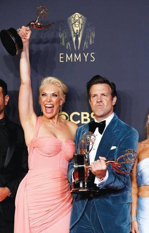 19일 에미상 시상식에서 코미디 시리즈 남여 주연상을 탄 제이슨 수데이키스와 해나 웨딩햄이 트로피를 들고 환호하고 있다. [로이터=사진제공]