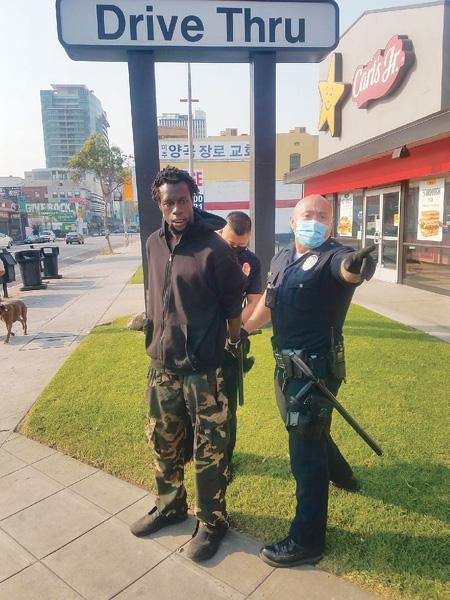 LA 한인타운 한복판에서 인증증오 폭행을 한 흑인 용의자가 당시 경찰에 체포되는 모습. [사무엘 강 회장 제공]