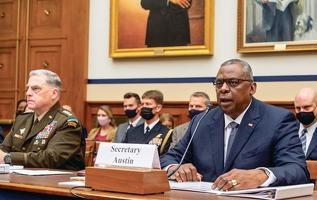 로이드 오스틴(오른쪽) 국방장관과 마크 밀리 합참의장이 29일 연방하원 군사위 청문회에서 증언하고 있다. [로이터]