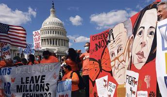 지난달 30일 워싱턴 DC 연방 의사당 앞에서 이민자 단체 관계자들이 이민개혁안의 연방 예산조정안 포함 통과를 촉구하고 있다. [로이터=사진제공]