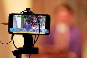 코로나 팬데믹은 많은 교회가 인터넷 기술을 활용하는 계기가 됐다. 사진은 온라인 미사를 진행하는 신부의 모습. [로이터]