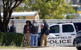 6일 총격 사건이 벌어진 미국 텍사스주 알링턴의 팀버뷰고교에 경찰관과 FBI 등이 출동한 모습. 경찰은 학생끼리 싸우다가 한 학생이 총을 꺼내 발포한 것으로 보고 있다.