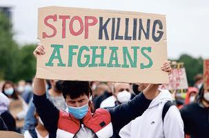 지난달 열린 반 탈레반 시위 참석자가 '아프가니스탄 주민 사살을 중단하라'고 적힌 피켓을 들고 있다. 아프가니스탄에서는 탈레반 재 장악한 뒤 기독교인에 대한 탄압이 거세지고 있다. [로이터]