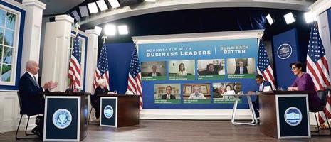 조 바이든(맨 왼쪽) 대통령이 6일 백악관에서 재계 리더들과 연방 정부 부채 한도 상한선 조정 등 경제 현안에 대한 회의를 하고 있다. [로이터]