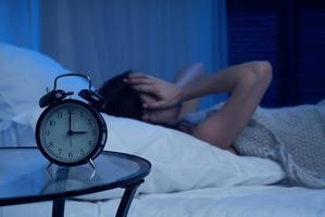 새벽 같은 시간에 반복적으로 잠에서 깨는 것은 불면증, 스트레스, 노화, 호르몬, 다른 수면장애 등이다.