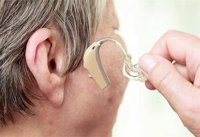 노인성 난청이 심하다면'인공 와우 이식술'을 고려할 필요가 있다.  <한국일보 자료사진>