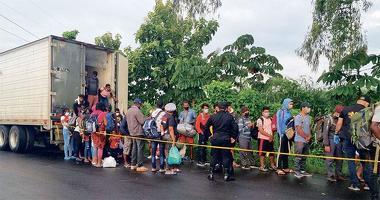 지난 9일 과테말라의 마자테난고 지역에서 경찰에 적발된 이민자들이 화물트럭에서 내리고 있다. [로이터=사진제공]