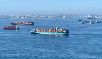 LA와 롱비치항 앞바다에 하역을 기다리고 있는 대형 컨테이너 화물선들이 대기하고 있다. [로이터]