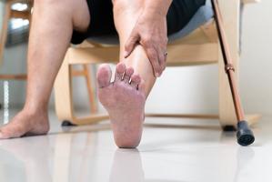 당뇨병 환자에게 발이나 다리 피부색에 변화가 있는 등 6가지 증상이 생기면 당뇨발을 의심해야 한다.