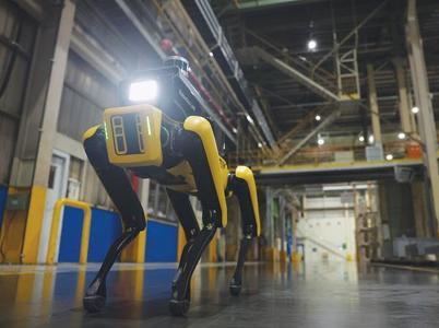 4족 보행 로봇'스팟'이 기아 오토랜드 광명공장에서 안전 상황을 체크하고 있다. 현대차는 산업 현장의 위험을 감지하고 안전을 책임지는 로봇을 최근 공개했다. [현대차 제공]