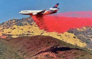 샌타바바라 카운티의 엘리살 산불 확산을 막기 위해 대형 소방 제트기가 14일 소실 지역 인근에 방화재를 살포하고 있다. [로이터]