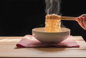 소면과 달리 완성된 맛을 품고 있으며 비싸지 않고 간편하게 금방 만들어 먹을 수 있는 면 음식, 바로 라면이다.