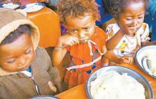 지속적 가뭄 탓에 심각한 기근에 시달리고 있는 마다가스카르 남부의 어린이들이 올해 9월 구호식량으로 마련된 음식을 먹고 있다. [로이터=사진제공]