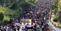 대규모 이민자 캐러밴 행렬이 다시 멕시코에서 형성돼 이동 중이라고 로이터 통신이 보도했다. 지난 23일 멕시코 치아파스주 타파출라 지역에서 중남미 및 아이티에서 온 수많은 이민자들이 난민 신청을 위해 멕시코 수도를 향해 행진하고 있다. [로이터]