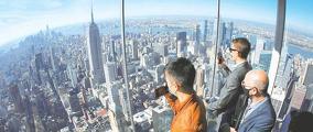 지난 21일 뉴욕 맨해튼의 한 빌딩 전망대에서 시민들이 마천루를 내려다보고 있다. [로이터]