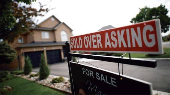 내놓은 집이 덜컥 팔린 뒤 후회하는 셀러가 늘고 있다.          <로이터>